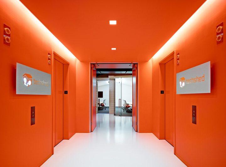 thiết kế nội thất văn phòng màu sắc nổi bật
