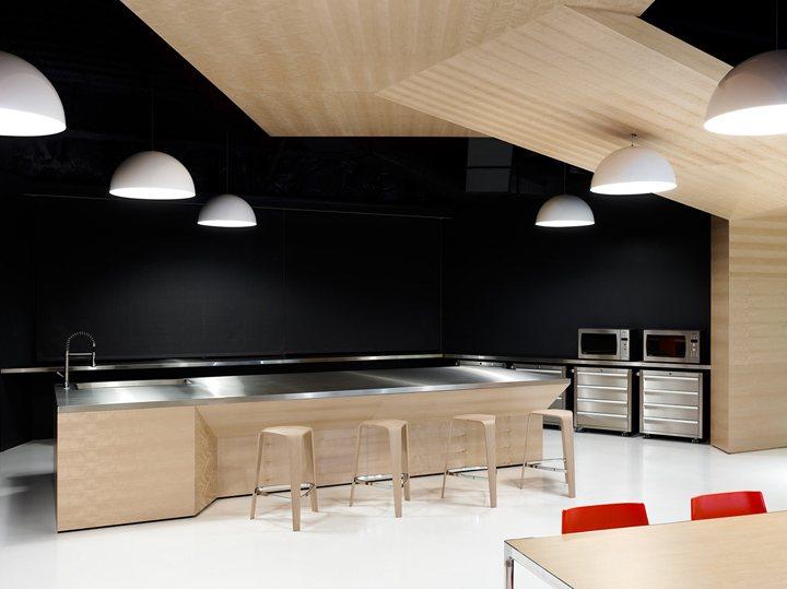 thiết kế nội thất văn phòng màu sắc nổi bật 7