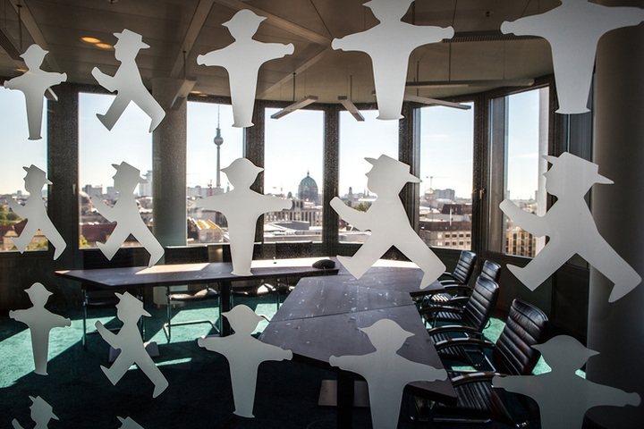 thiết kế hình dán độc đáo văn phòng
