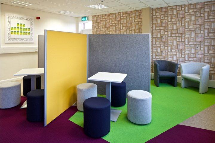 thiết kế nội thất bàn ghế màu sắc ngộ nghĩnh
