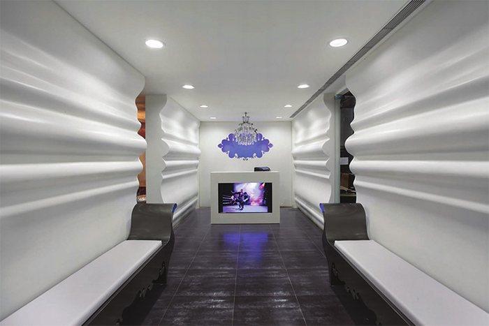 thiết kế sảnh văn phòng với vách mỹ thuật gơn sóng